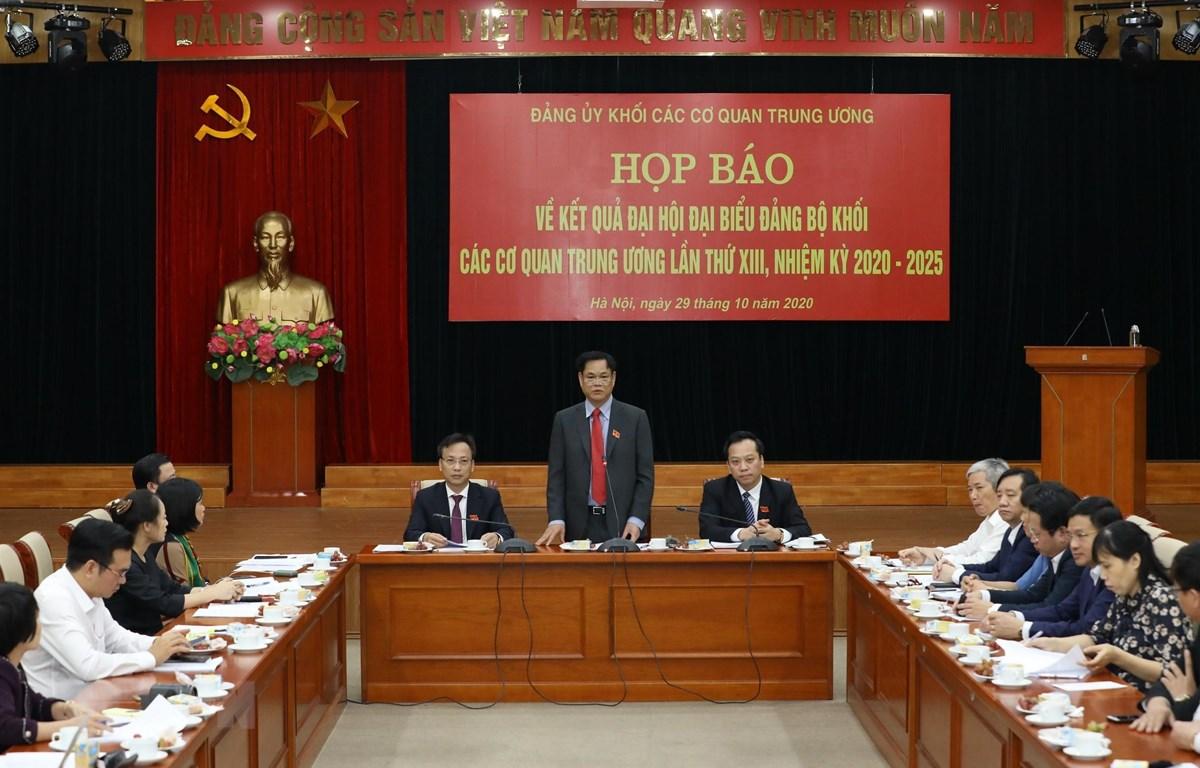 Đồng chí Huỳnh Tấn Việt, Ủy viên Trung ương Đảng, Bí thư Đảng ủy Khối các cơ quan Trung ương trả lời các câu hỏi của phóng viên tại buổi họp báo. (Ảnh: Văn Điệp/TTXVN)