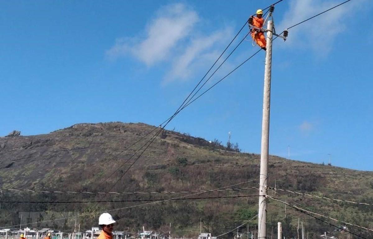 Nhân viên điện lực khẩn trương khắc phục sự cố trên lưới điện tại Quảng Ngãi. (Ảnh: Lê Ngọc Phước/TTXVN)