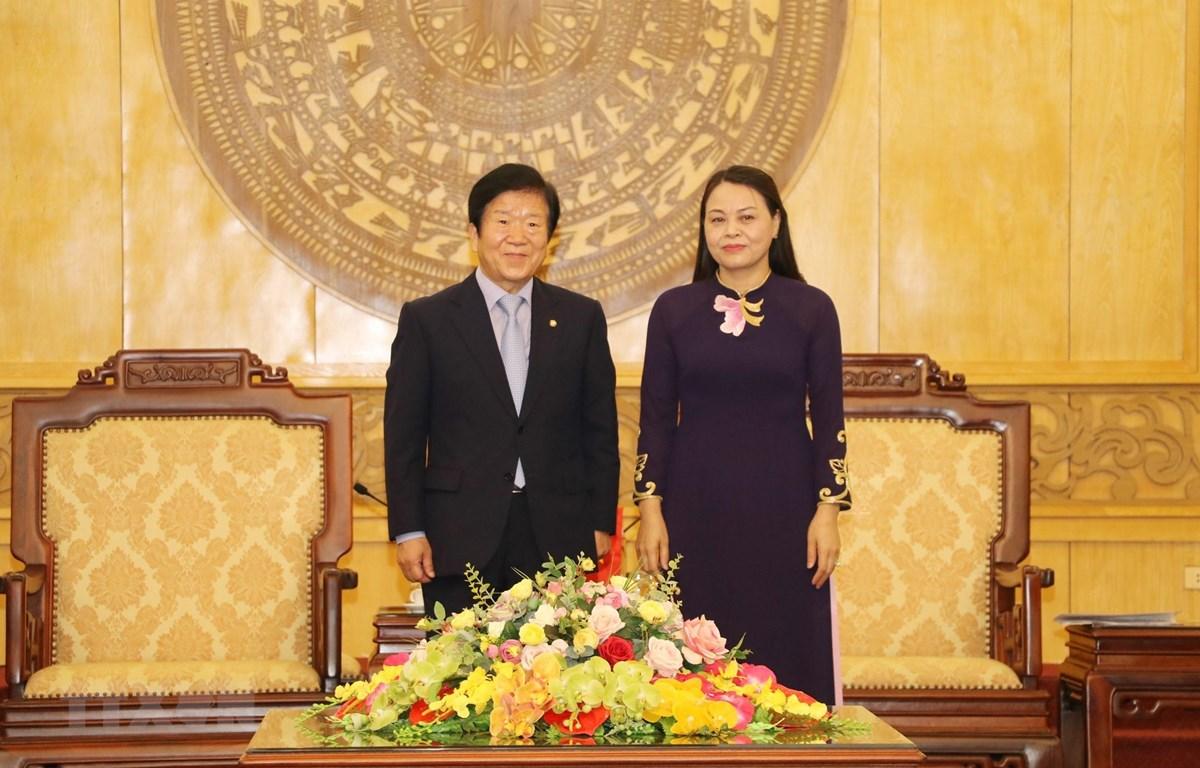 Chủ tịch Quốc hội Hàn Quốc Park Byeong-Seug và Bí thư Tỉnh ủy Ninh Bình Nguyễn Thị Thu Hà. (Ảnh: Đức Phương/TTXVN)