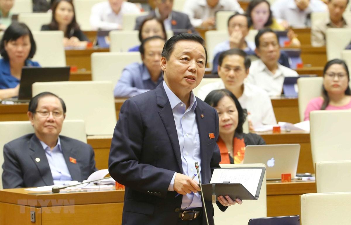 Bộ trưởng Bộ Tài nguyên và Môi trường Trần Hồng Hà trả lời câu hỏi chất vấn. (Ảnh: Doãn Tấn/TTXVN)