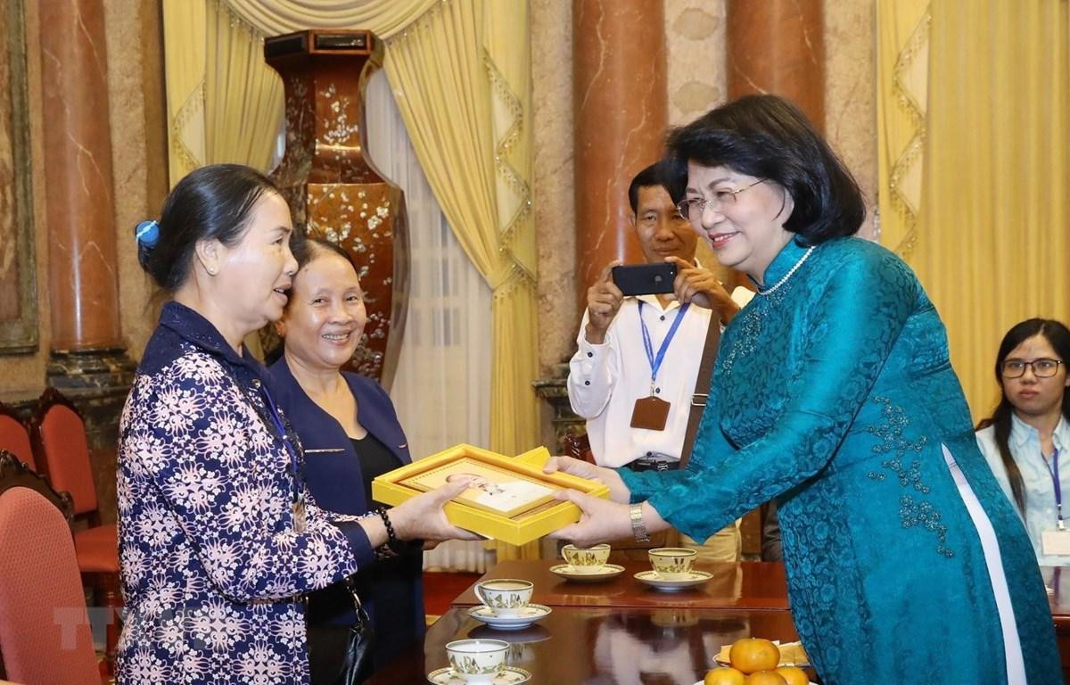 Phó Chủ tịch nước Đặng Thị Ngọc Thịnh tặng ảnh chân dung Chủ tịch Hồ Chí Minh cho các đại biểu. (Ảnh: Văn Điệp/TXVN)