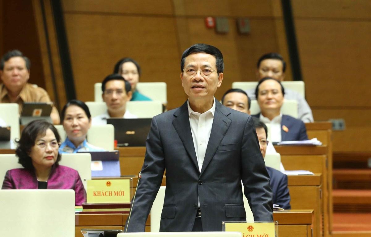 Bộ trưởng Bộ Thông tin và Truyền thông Nguyễn Mạnh Hùng trả lời câu hỏi chất vấn. (Ảnh: Doãn Tấn/TTXVN)