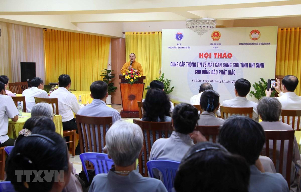 Đại diện Chư tăng Chùa Phật Tổ Cà Mau chia sẻ thông tin về mất cân bằng giới tính khi sinh tại Hội thảo. (Ảnh: Kim Há/TTXVN)