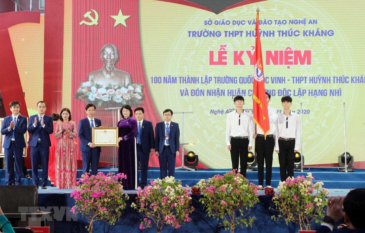 Phó Chủ tịch nước Đặng Thị Ngọc Thịnh trao Huân chương Độc lập hạng Nhì của Chủ tịch nước tặng Trường Trung học Phổ thông Huỳnh Thúc Kháng. (Ảnh: Tá Chuyên/TTXVN)