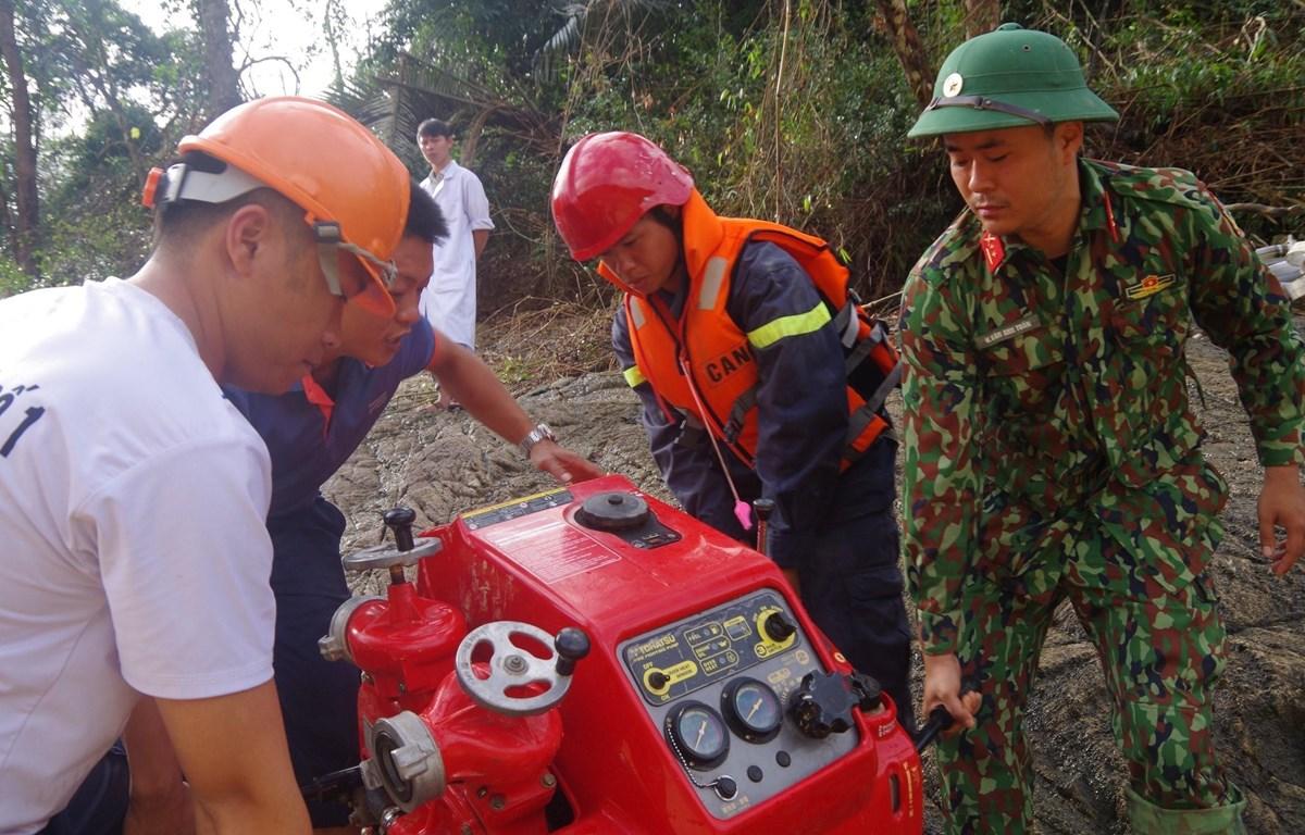 Máy hút nước công suất lớn được đưa vào hiện trường để phục vụ công tác tìm kiếm. (Ảnh: TTXVN phát)