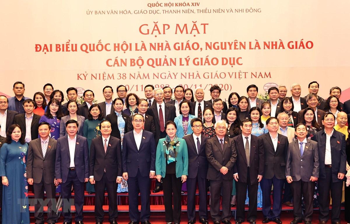 Chủ tịch Quốc hội Nguyễn Thị Kim Ngân với các Đại biểu tại buổi gặp mặt. (Ảnh: Trọng Đức/TTXVN)