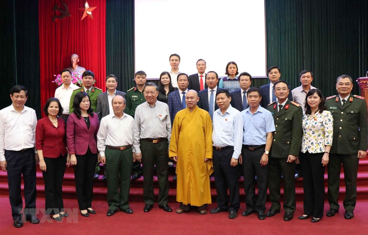 Bộ trưởng Bộ Công an Tô Lâm, các đồng chí lãnh đạo tỉnh Bắc Ninh và cử tri. (Ảnh: Thái Hùng/TTXVN)