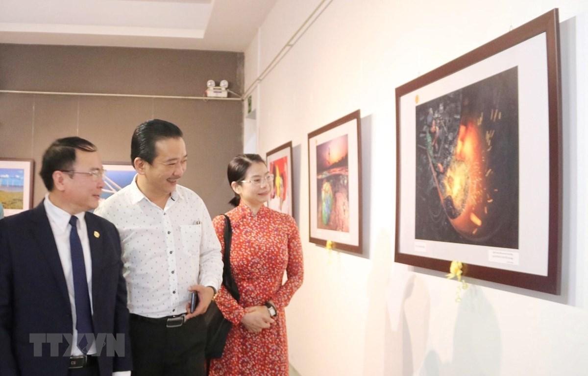 Trưng bày các tác phẩm của Cuộc thi Ảnh nghệ thuật Việt Nam năm 2020 tại Bảo tàng Mỹ thuật Thành phố Hồ Chí Minh (Quận 1). (Ảnh: Thu Hương/TTXVN)