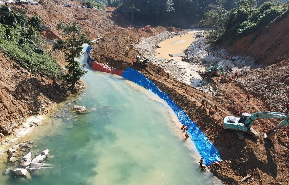 Phương tiện nắn dòng chảy để phục vụ công tác tìm kiếm dưới lòng suối Rào Trăng. (Ảnh: TTXVN phát)