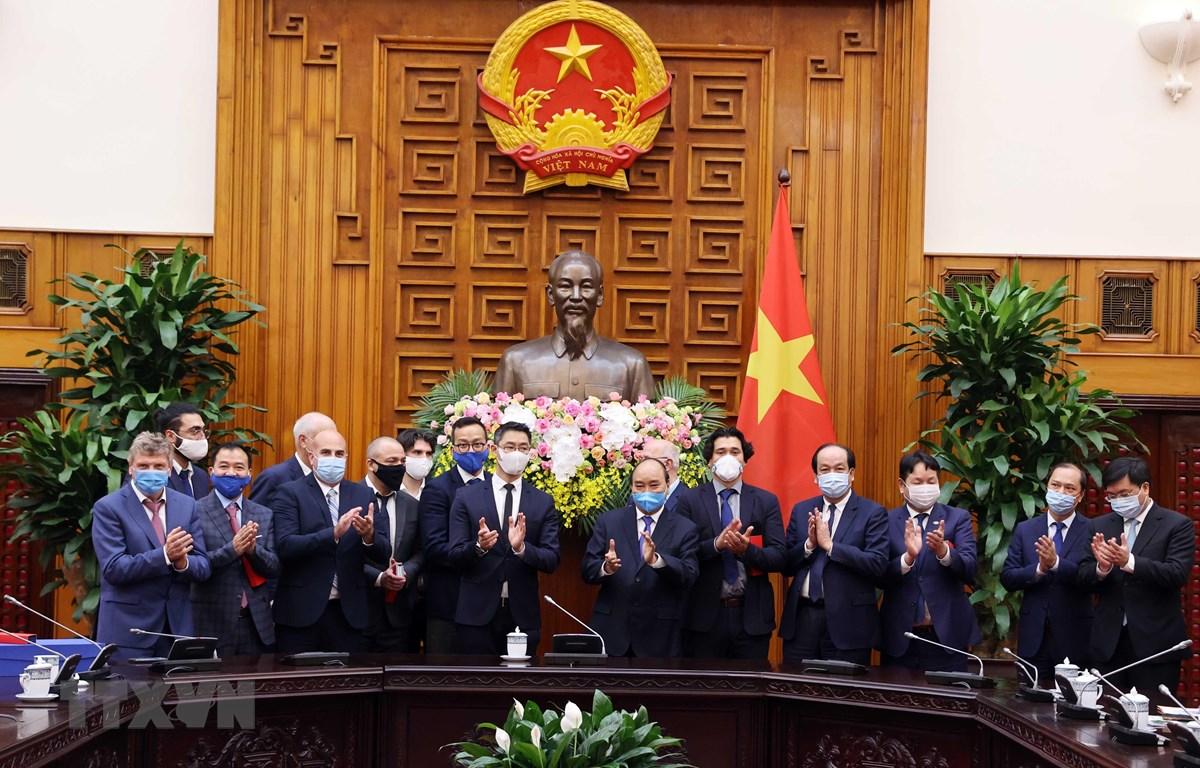 Thủ tướng Nguyễn Xuân Phúc với cựu Phó Thủ tướng CHLB Đức Phillip Rosler và các thành viên trong đoàn. (Ảnh: Thống Nhất/TTXVN)