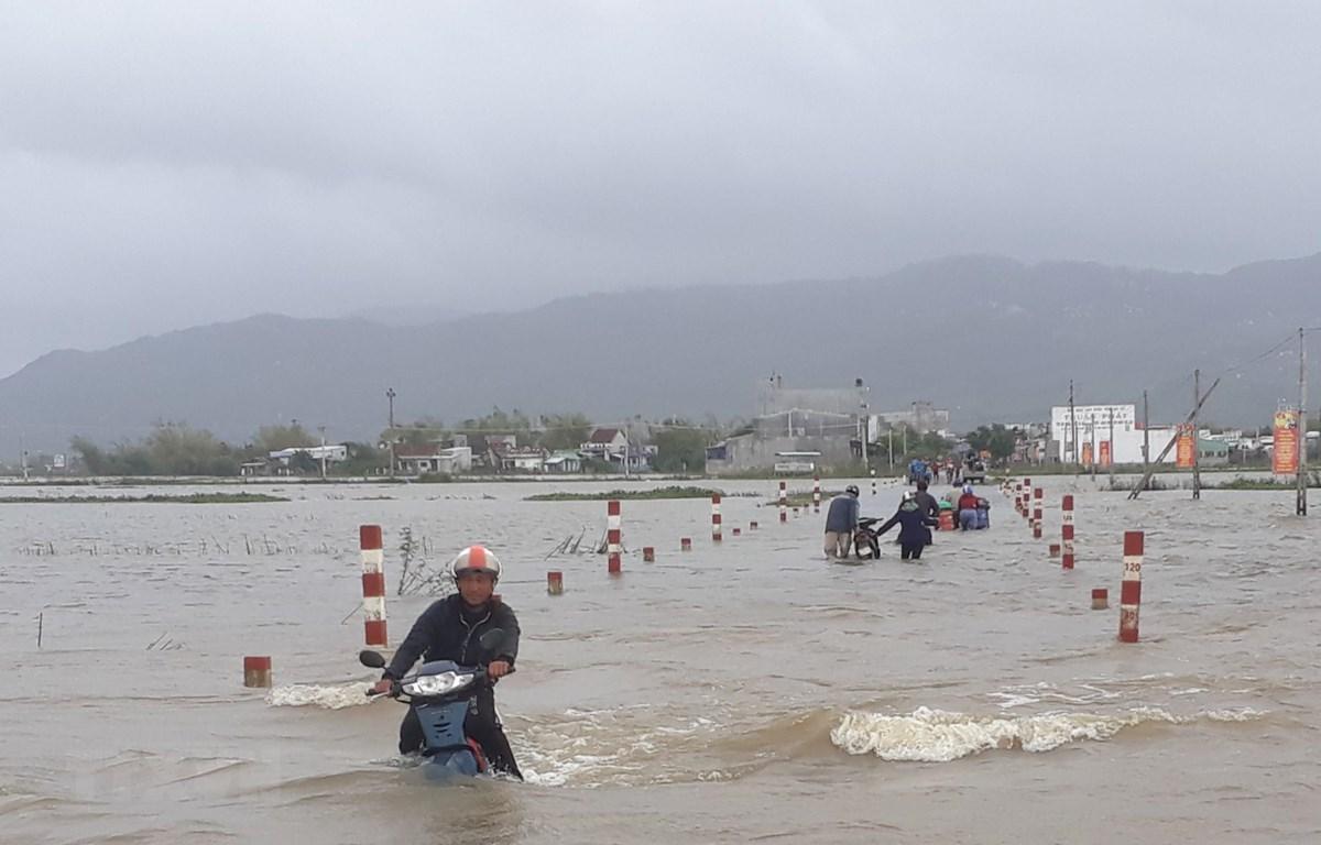 Tuyến đường từ xã Cát Tiến, huyện Phù Cát đi xã Phước Thắng, huyện Tuy Phước, Bình Định bị ngập sâu từ đêm qua. (Ảnh: Tường Quân/TTXVN)