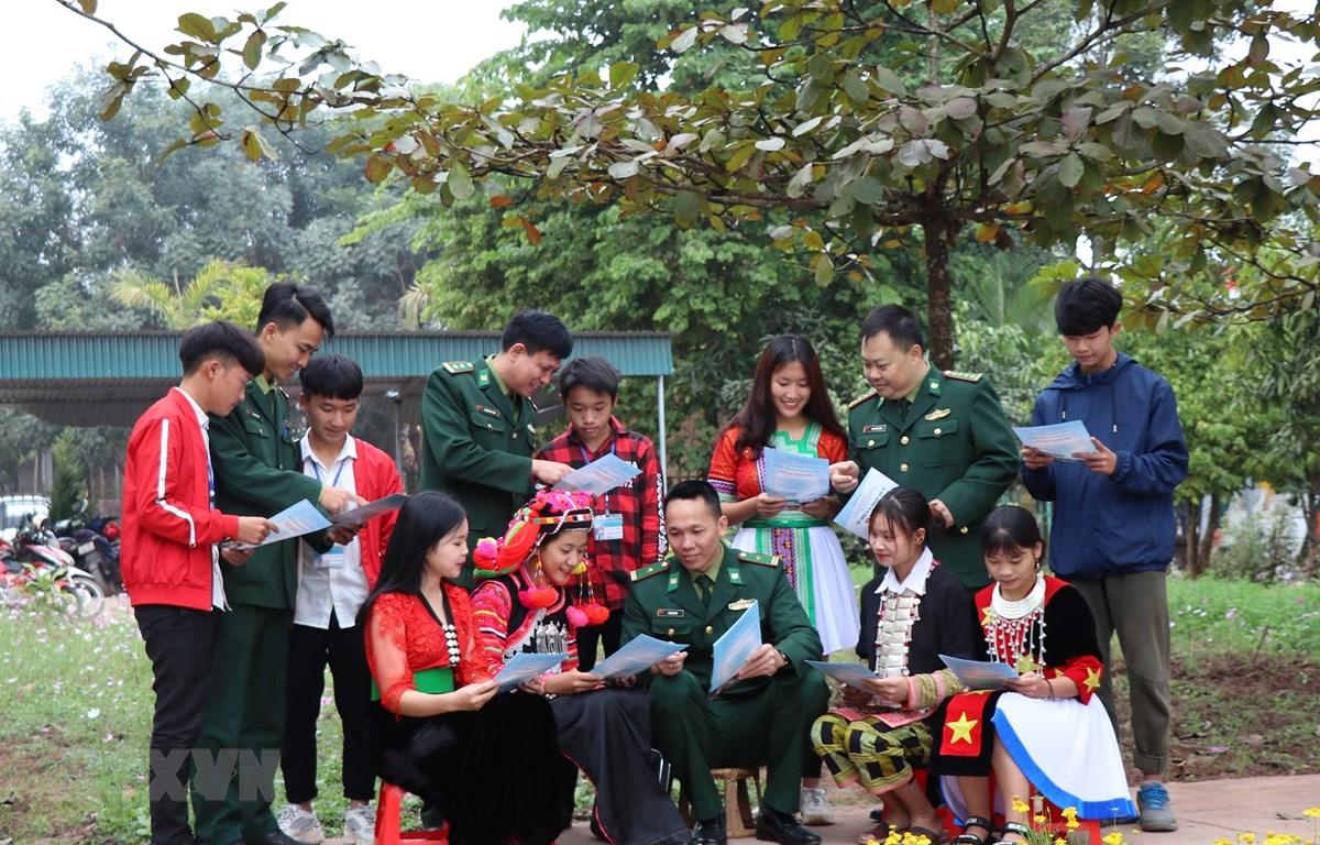 Bộ đội Biên phòng tỉnh Điện Biên tuyên truyền, phổ biến pháp luật về an ninh biên giới, chủ quyền lãnh thổ cho các em học sinh các dân tộc tại Trường THPT Mường Nhé (huyện Mường Nhé, tỉnh Điện Biên). (Ảnh: Xuân Tiến/TTXVN)