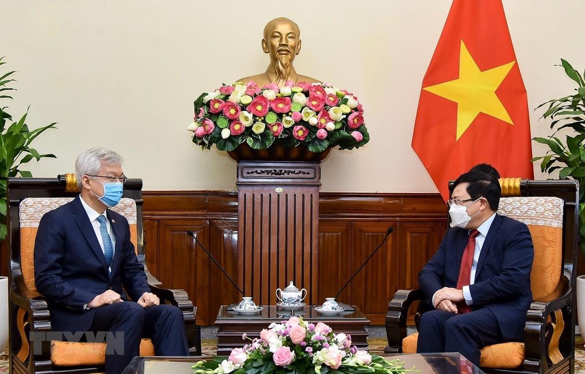 Phó Thủ tướng, Bộ trưởng Bộ Ngoại giao Phạm Bình Minh tiếp Thứ trưởng Ngoại giao Hàn Quốc Lee Tae-ho. (Ảnh: TTXVN)
