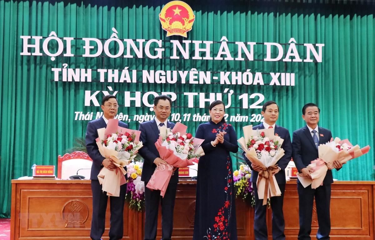 Đồng chí Nguyễn Thanh Hải, Bí thư Tỉnh ủy Thái Nguyên tặng hoa chúc mừng các đồng chí lãnh đạo chủ chốt của HĐND và UBND tỉnh mới được bầu. (Ảnh: Hoàng Nguyên/TTXVN)
