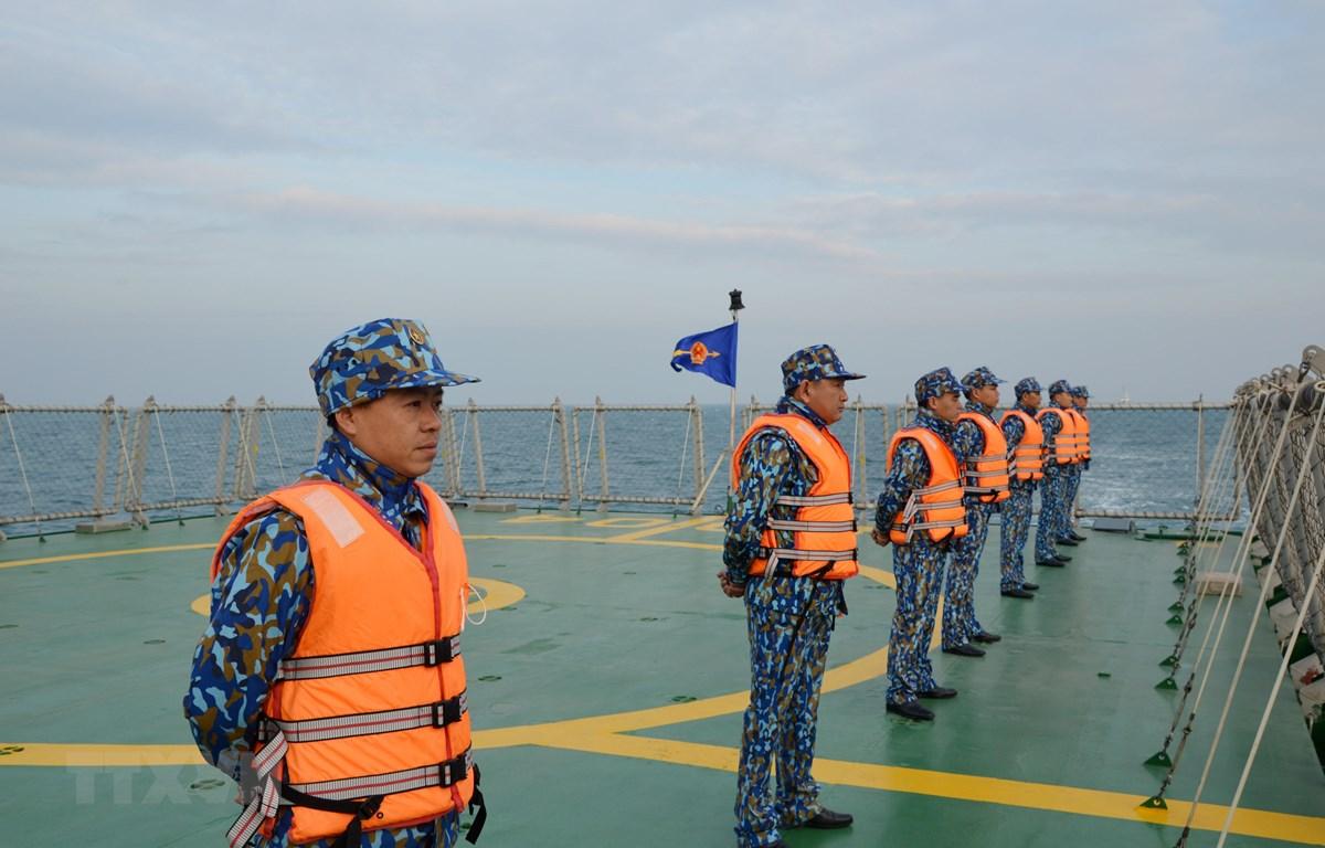 Lực lượng Cảnh sát biển hai nước thực hiện nghi thức chào xã giao trên biển. (Ảnh: TTXVN phát)