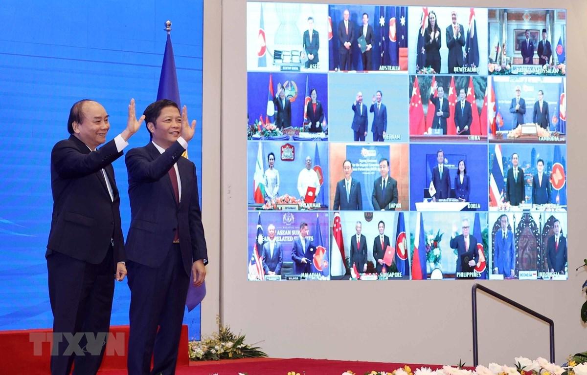 Thủ tướng Chính phủ Nguyễn Xuân Phúc-Chủ tịch ASEAN 2020 và các nhà lãnh đạo ASEAN-lãnh đạo 5 nước đối tác cùng chứng kiến Lễ ký Hiệp định Đối tác Kinh tế Toàn diện Khu vực RCEP. (Ảnh: TTXVN)