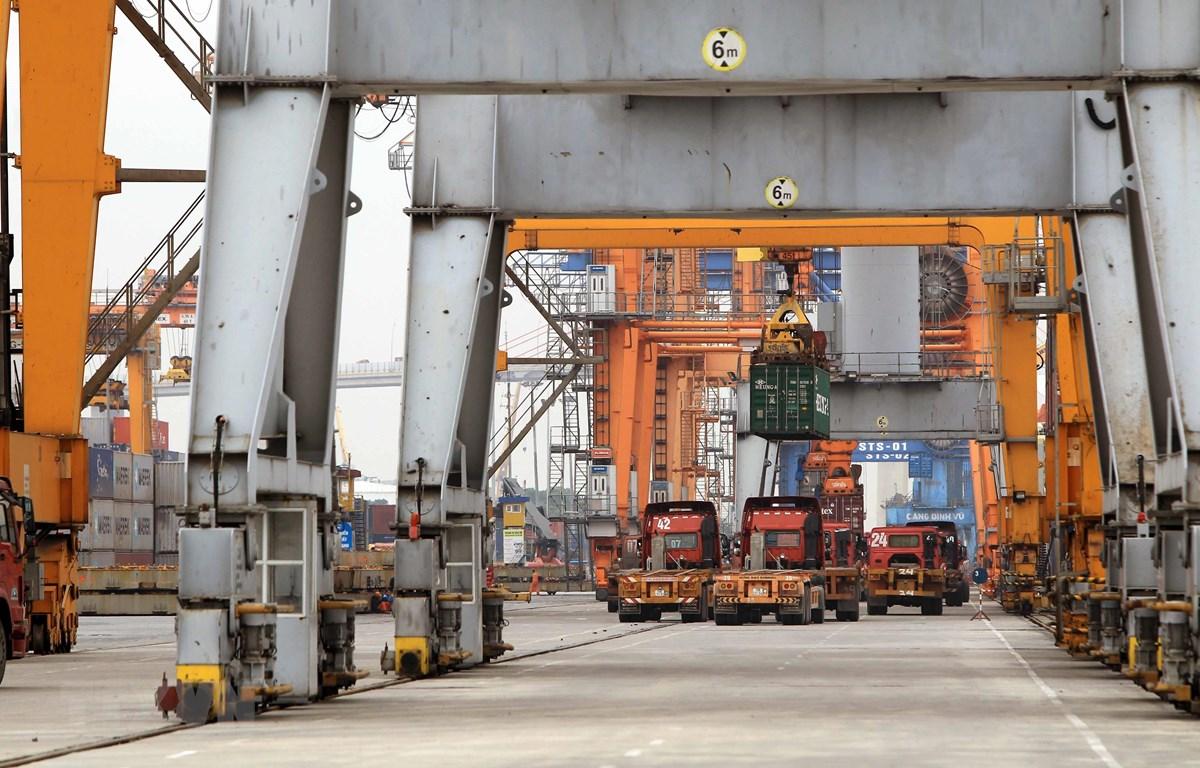 Bốc xếp hàng hóa tại cảng Đình Vũ, Hải Phòng. (Ảnh: An Đăng/TTXVN)