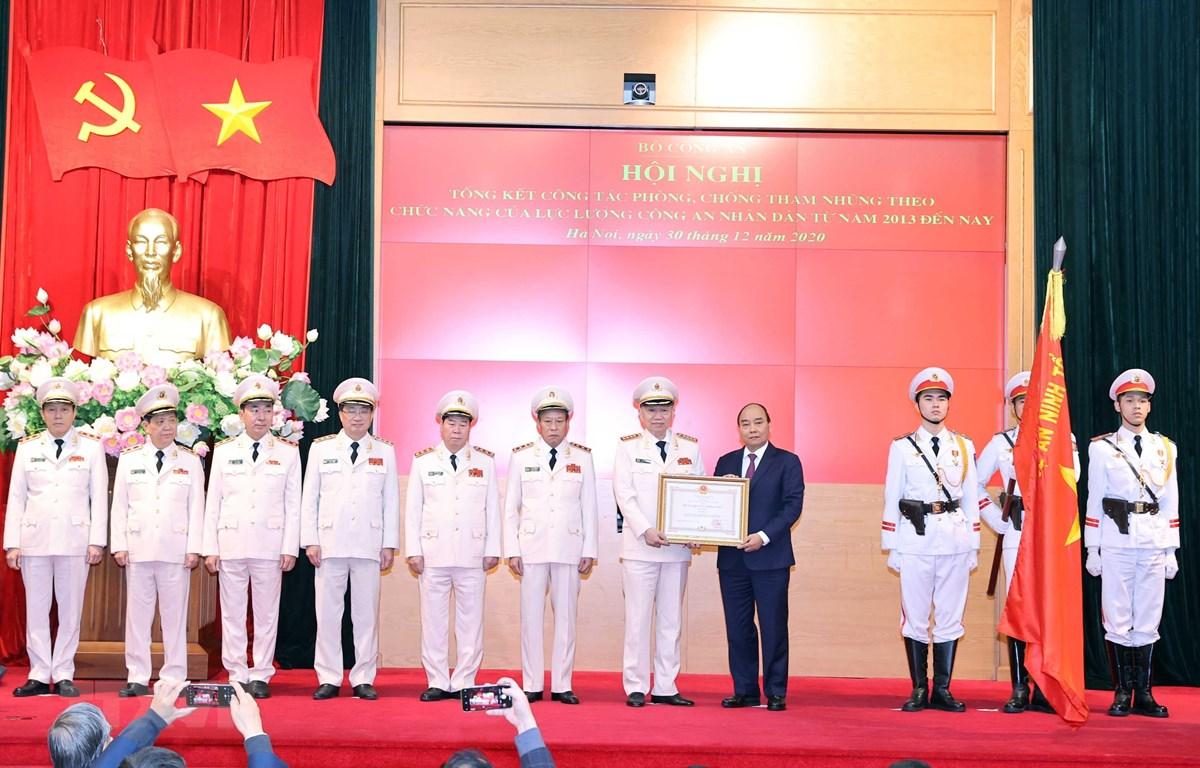 Thủ tướng Nguyễn Xuân Phúc, Chủ tịch Hội đồng Thi đua-công hạng Nhất cho Bộ Công an. (Ảnh: Thống Nhất/TTXVN)