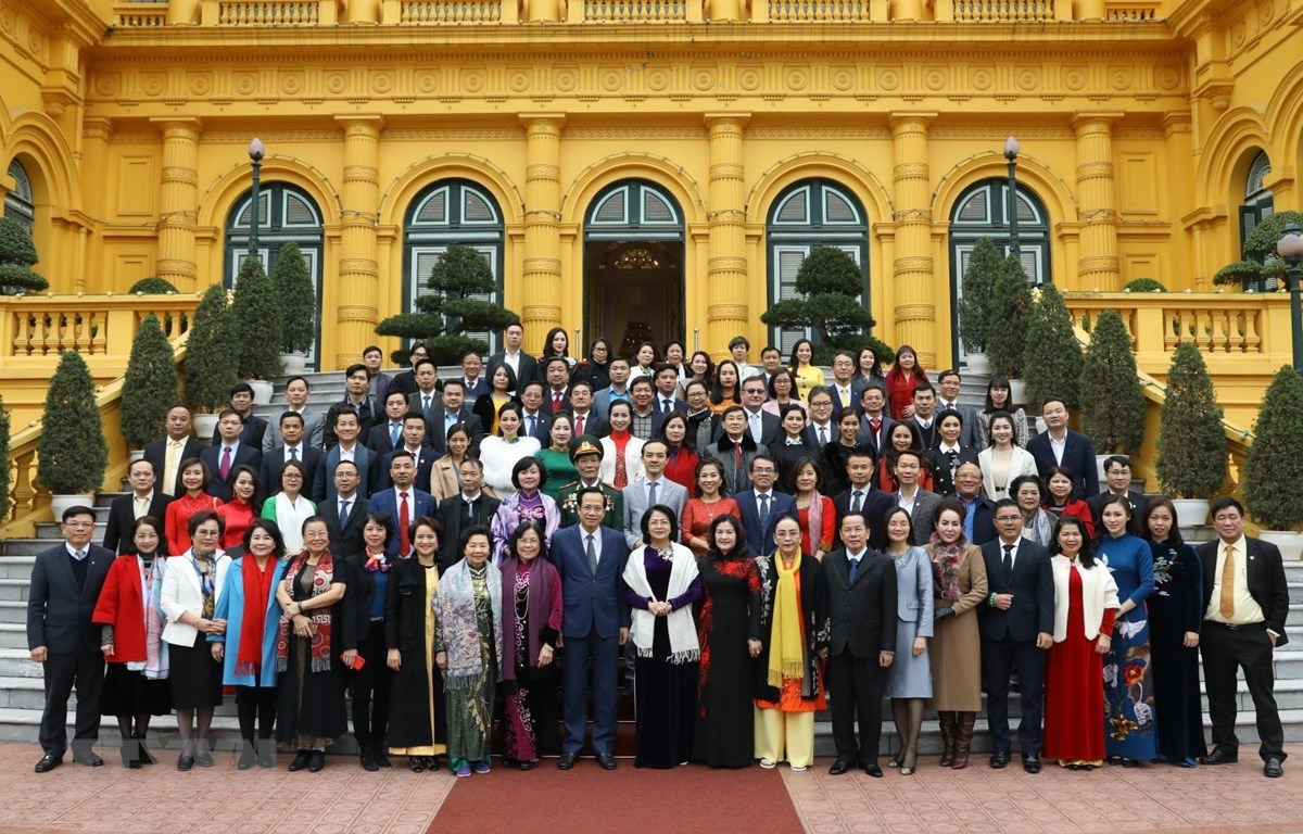Phó Chủ tịch nước Đặng Thị Ngọc Thịnh với các nhà tài trợ Quỹ Bảo trợ trẻ em Việt Nam. (Ảnh: Văn Điệp/TTXVN)