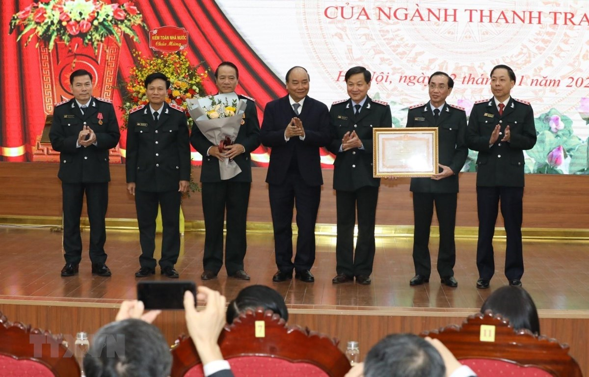 Thủ tướng Chính phủ Nguyễn Xuân Phúc trao Bằng khen của Thủ tướng tặng Thanh tra Chính phủ. (Ảnh: Văn Điệp/TTXVN)