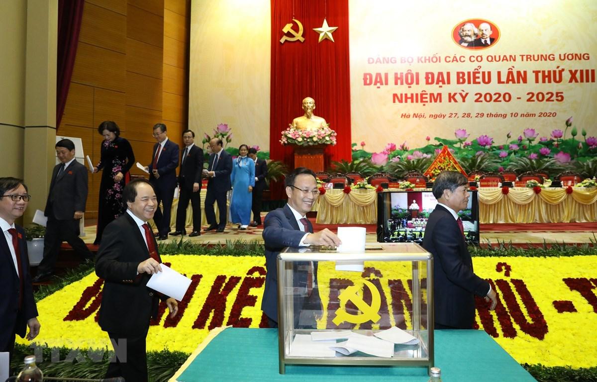 Các đại biểu bỏ phiếu giới thiệu nhân sự Bí thư Đảng ủy Khối các cơ quan Trung ương lần thứ XIII, nhiệm kỳ 2020-2025. (Ảnh minh họa: Văn Điệp/TTXVN)
