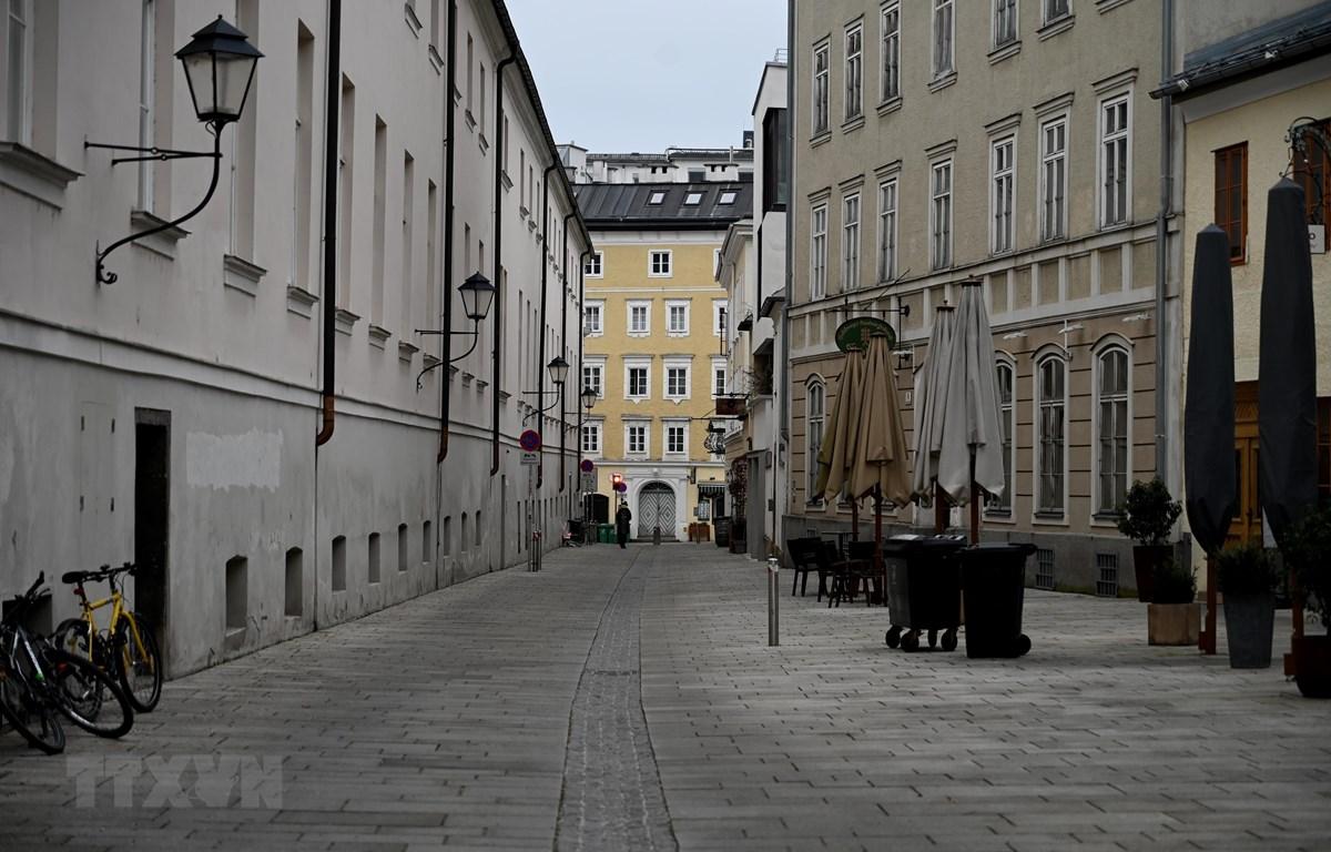 Cảnh vắng vẻ tại một tuyến phố ở Salzburg, Áo trong bối cảnh các biện pháp hạn chế được áp dụng nhằm ngăn chặn sự lây lan của dịch COVID-19, ngày 4/1/2021. (Ảnh: AFP/TTXVN)