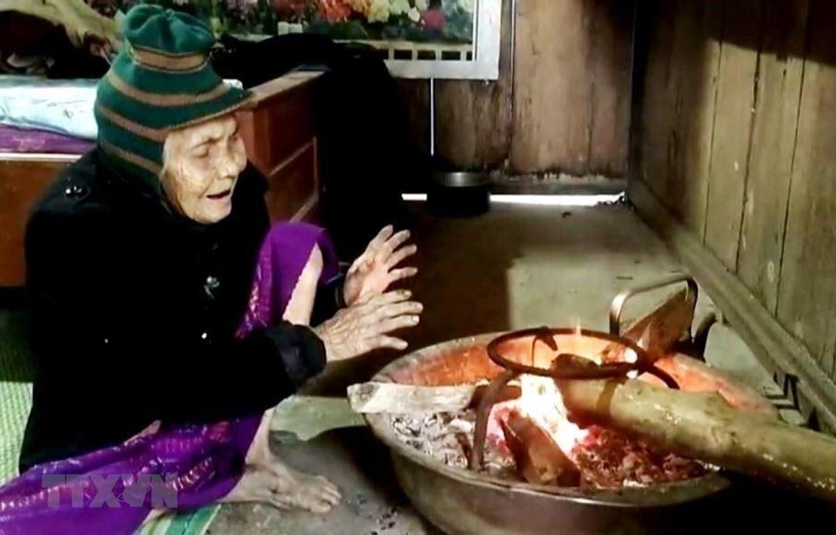 Người dân đốt than, củi để sưởi ấm. (Ảnh: Võ Dung/TTXVN)