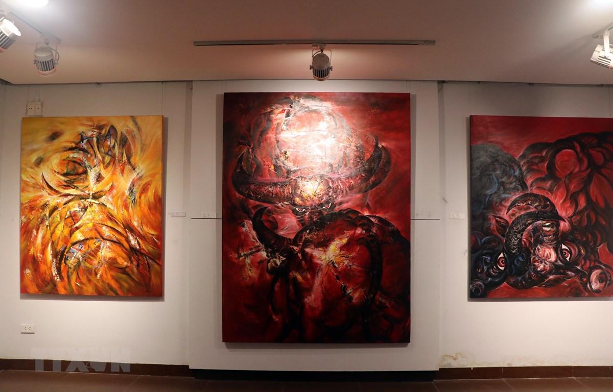 Các tác phẩm tranh được trưng bày tại triển lãm. (Ảnh: Trần Lê Lâm/TTXVN)