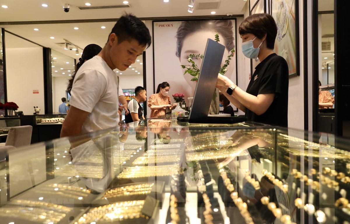 Giao dịch vàng tại Công ty Vàng bạc Đá quý Phú Quý. Ảnh: (Ảnh: Danh Lam/TTXVN)