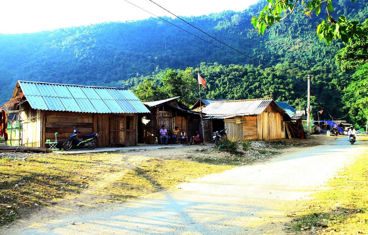 Hàng chục hộ dân xã Lượng Minh phải sống trong những túp lều tranh tạm bợ bên đường 543B suốt 3 năm qua để chờ chuyển đến khu tái định cư. (Ảnh: Tá Chuyên/TTXVN)