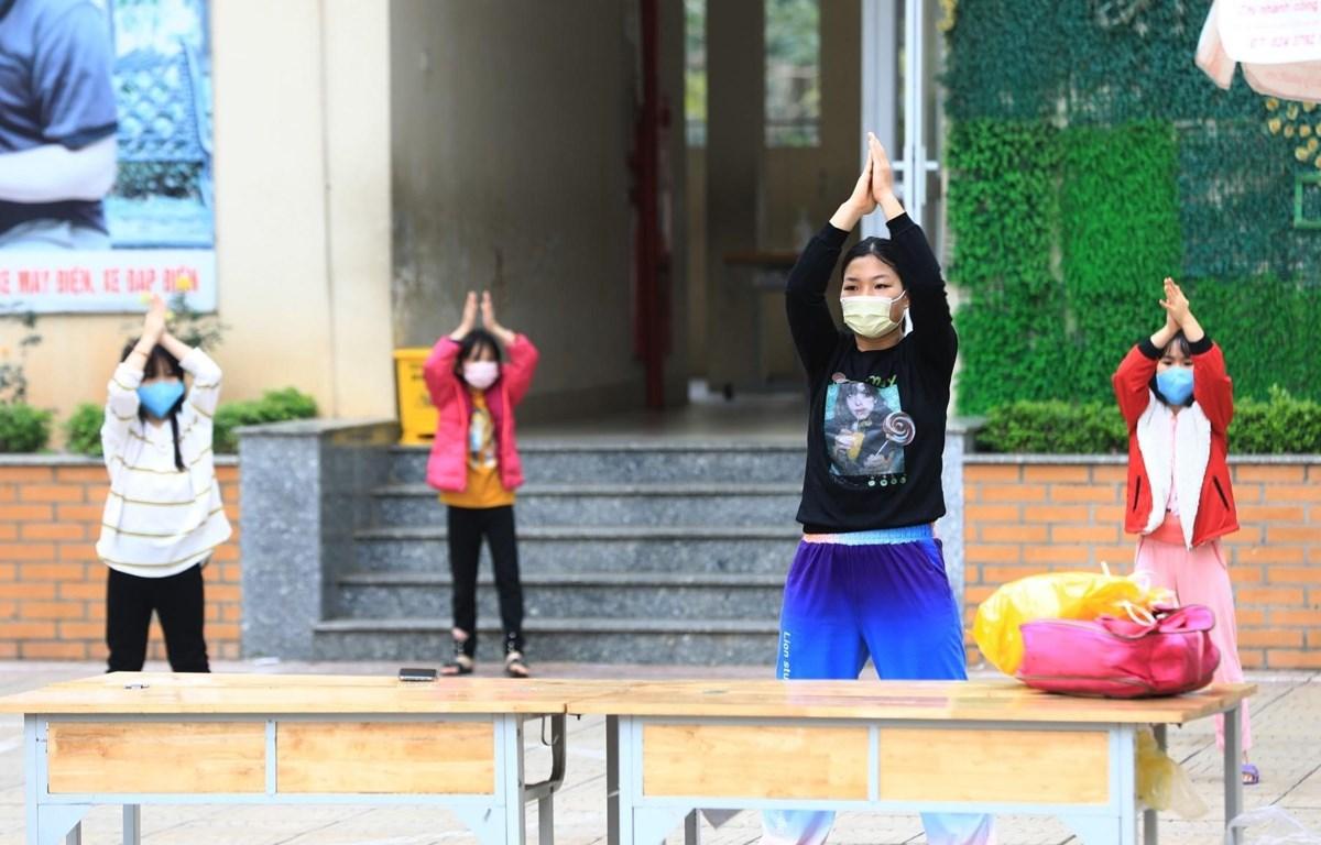 Một giáo viên phát động 'Vũ điệu rửa tay' giúp các em học sinh vui vẻ hơn trong khu cách ly. (Ảnh: Thành Đạt/TTXVN)