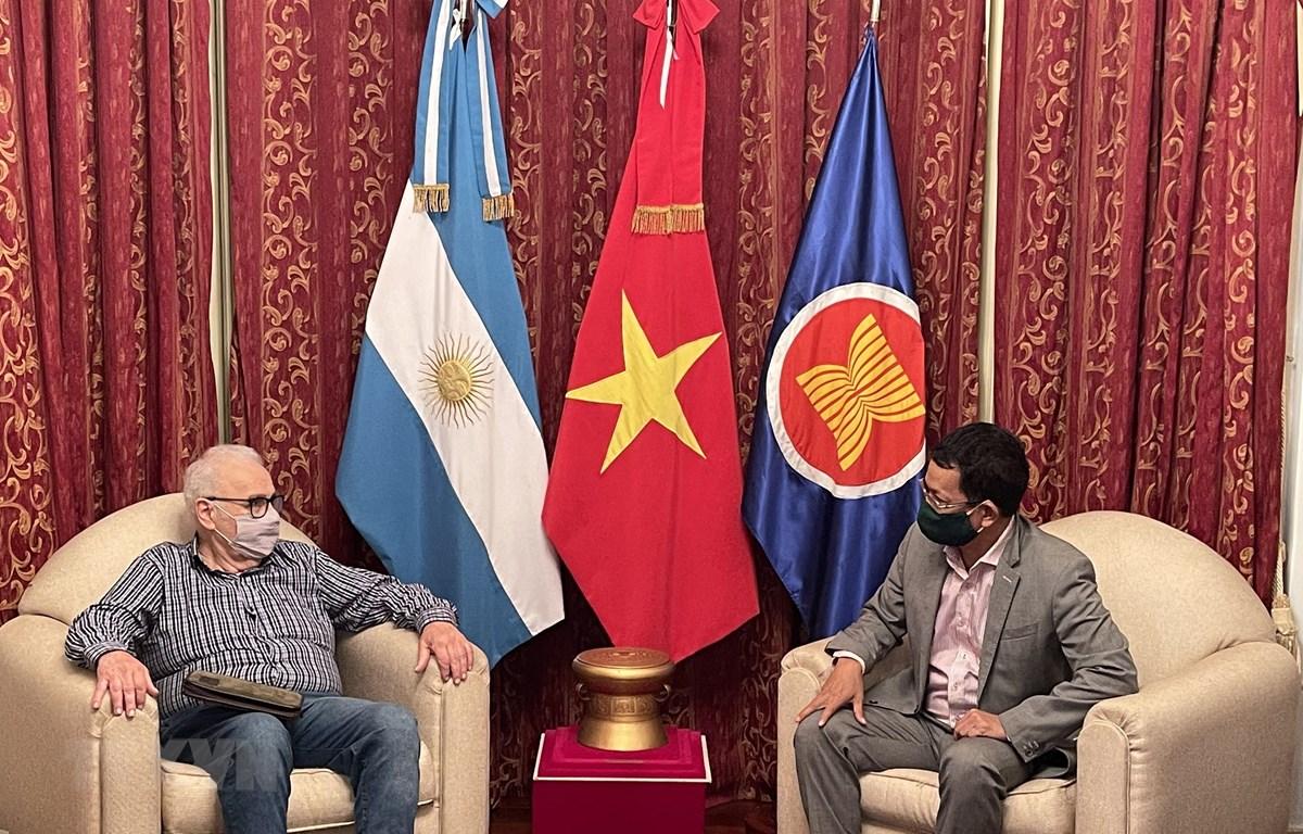 Đại sứ Dương Quốc Thanh trao đổi với Tổng Bí thư Đảng Cộng sản Argentina Gorodeki Kot. (Ảnh: Hoài Nam/TTXVN)