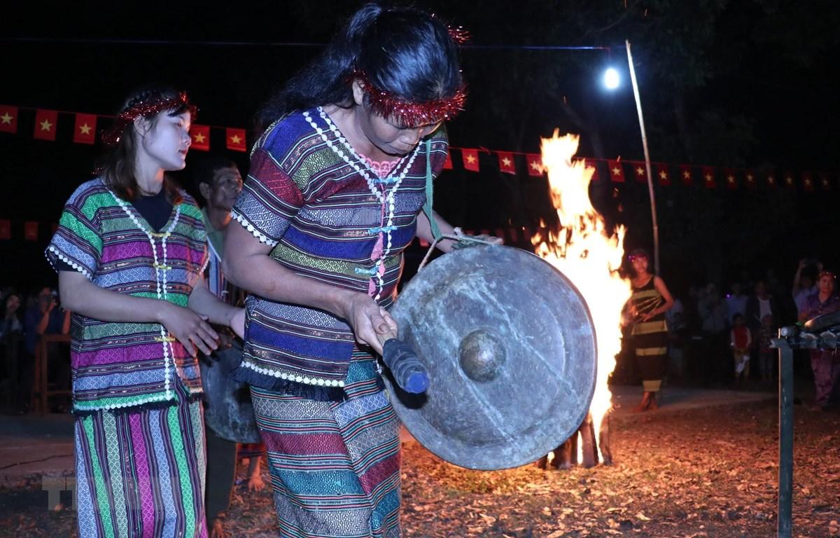 Màn biểu diễn cồng chiêng trong lễ hội mừng lúa mới của bà con dân tộc S'tiêng ở Thiên Cư, xã Thiện Hưng, huyện biên giới Bù Đốp (Bình Phước). (Ảnh: K GỬIH/TTXVN)