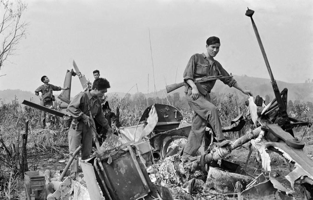 Xác máy bay trực thăng của Mỹ bị quân giải phóng Trung đoàn 64 (Sư đoàn 320) bắn rơi trên đồi Không Tên. (Ảnh: Lương Nghĩa Dũng/TTXVN)
