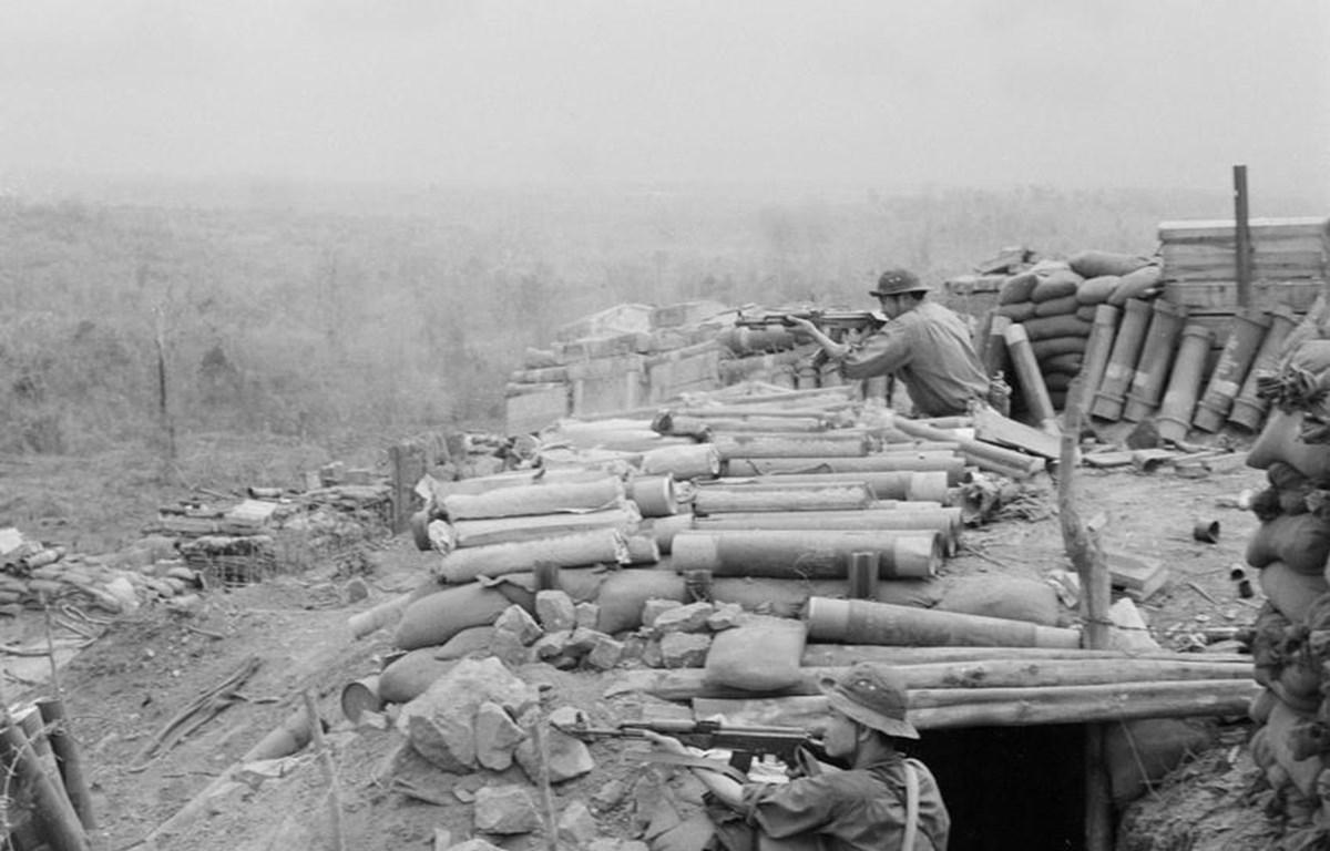 Quân giải phóng chiếm công sự của địch để đánh trả đợt phản kích. (Ảnh: Lương Nghĩa Dũng/TTXVN)