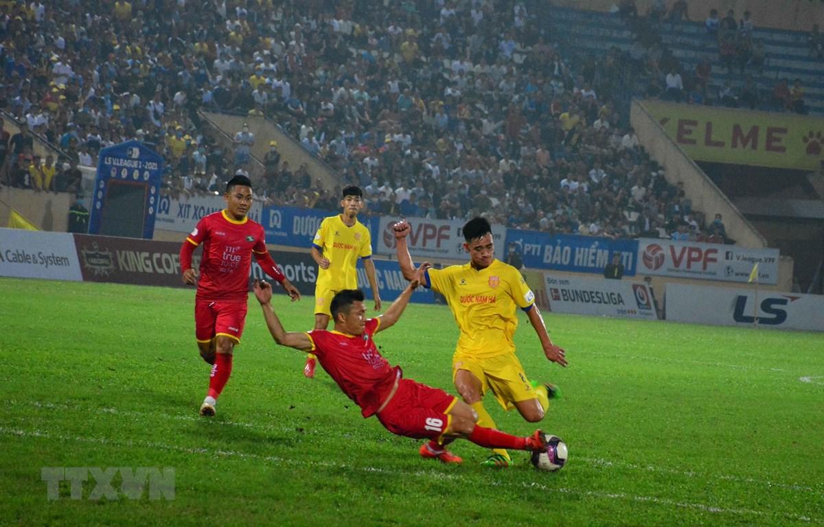 Trận đấu giữa đội Nam Định và Sông Lam Nghệ An. (Ảnh: Công Luật/TTXVN)