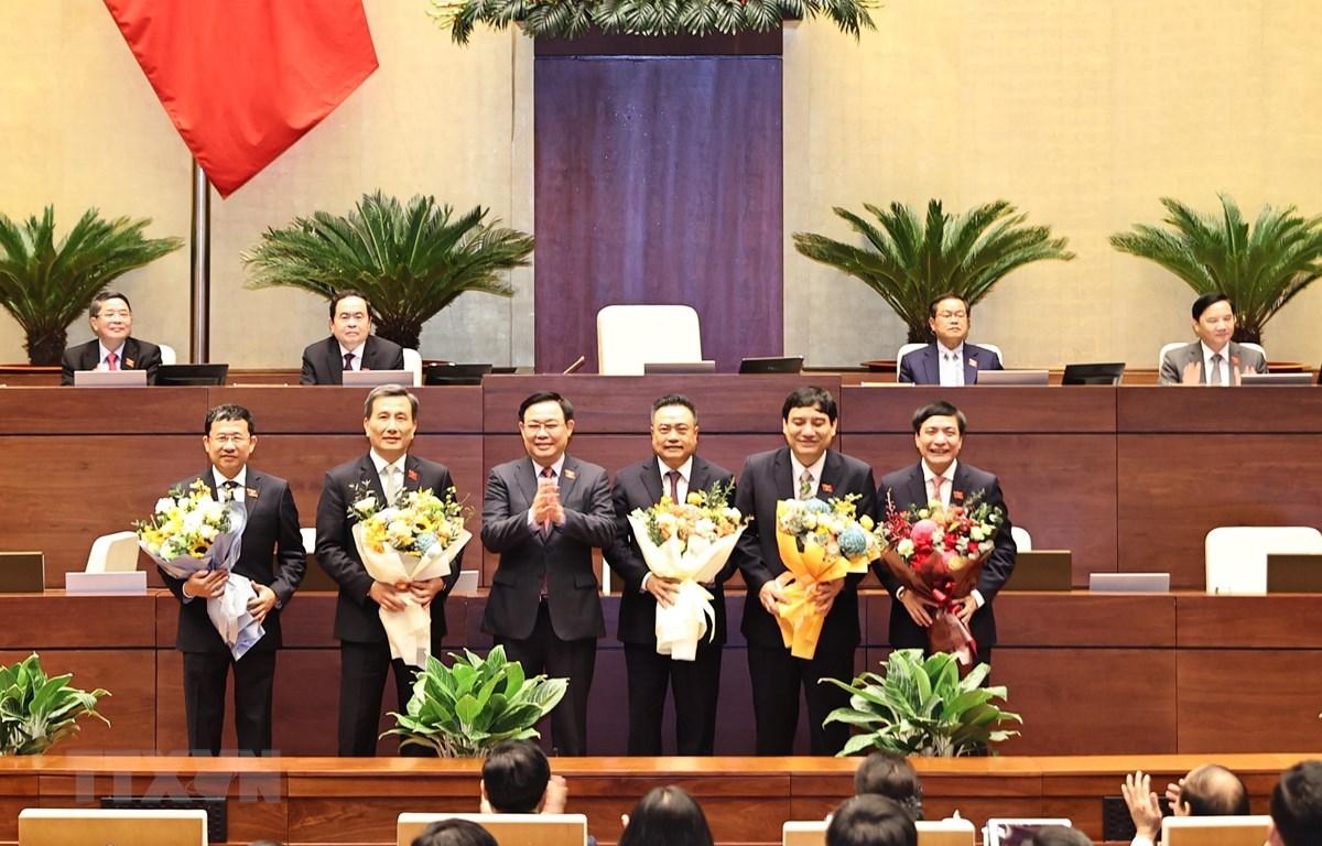Chủ tịch Quốc hội Vương Đình Huệ tặng hoa chúc mừng Chủ nhiệm một số Ủy ban của Quốc hội, Tổng Thư ký Quốc hội và Tổng kiểm toán Nhà nước. (Ảnh: TTXVN)