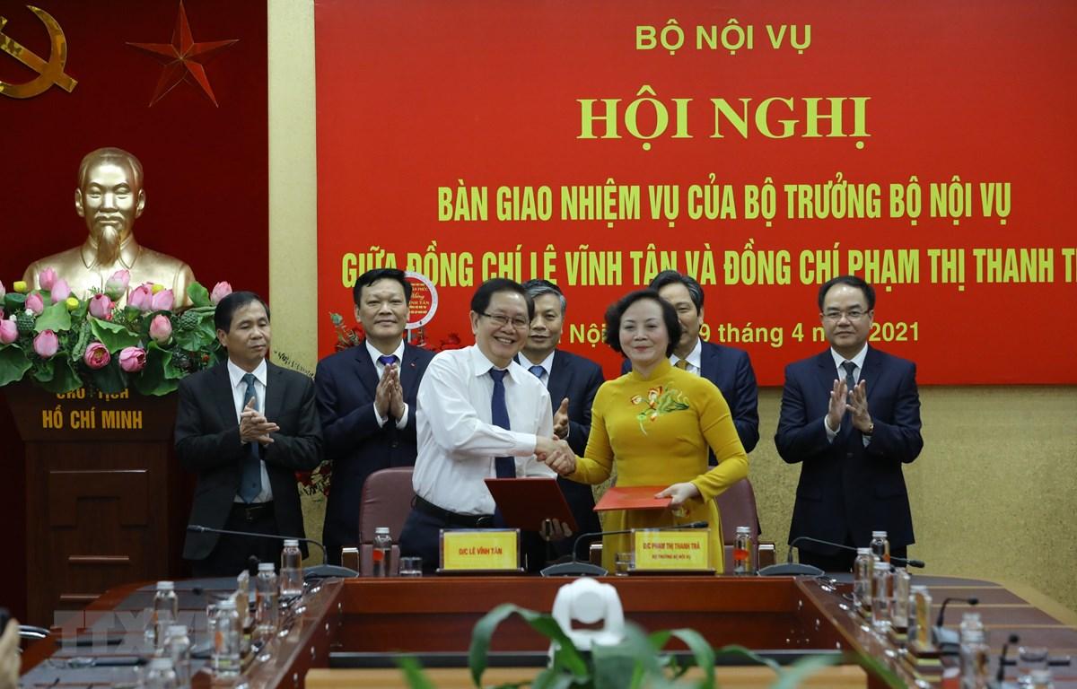 Lễ ký bàn giao nhiệm vụ của Bộ trưởng Bộ Nội vụ giữa đồng chí Lê Vĩnh Tân và đồng chí Phạm Thị Thanh Trà. (Ảnh: Văn Điệp/TTXVN)