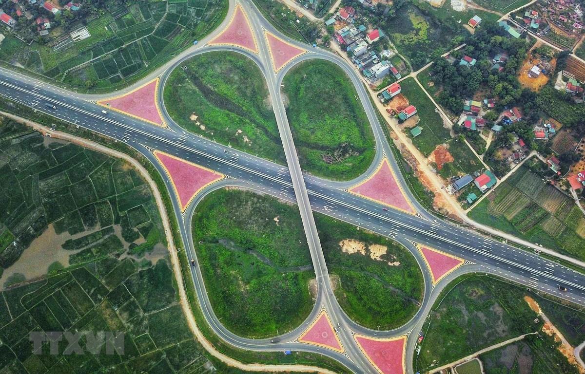 Nút giao Minh Khai giữa 2 tuyến cao tốc Hạ Long-Hải Phòng và Hạ Long-Vân Đồn với QL18 nằm tại vị trí cửa ngõ thành phố Hạ Long. (Ảnh: Thành Đạt/TTXVN)