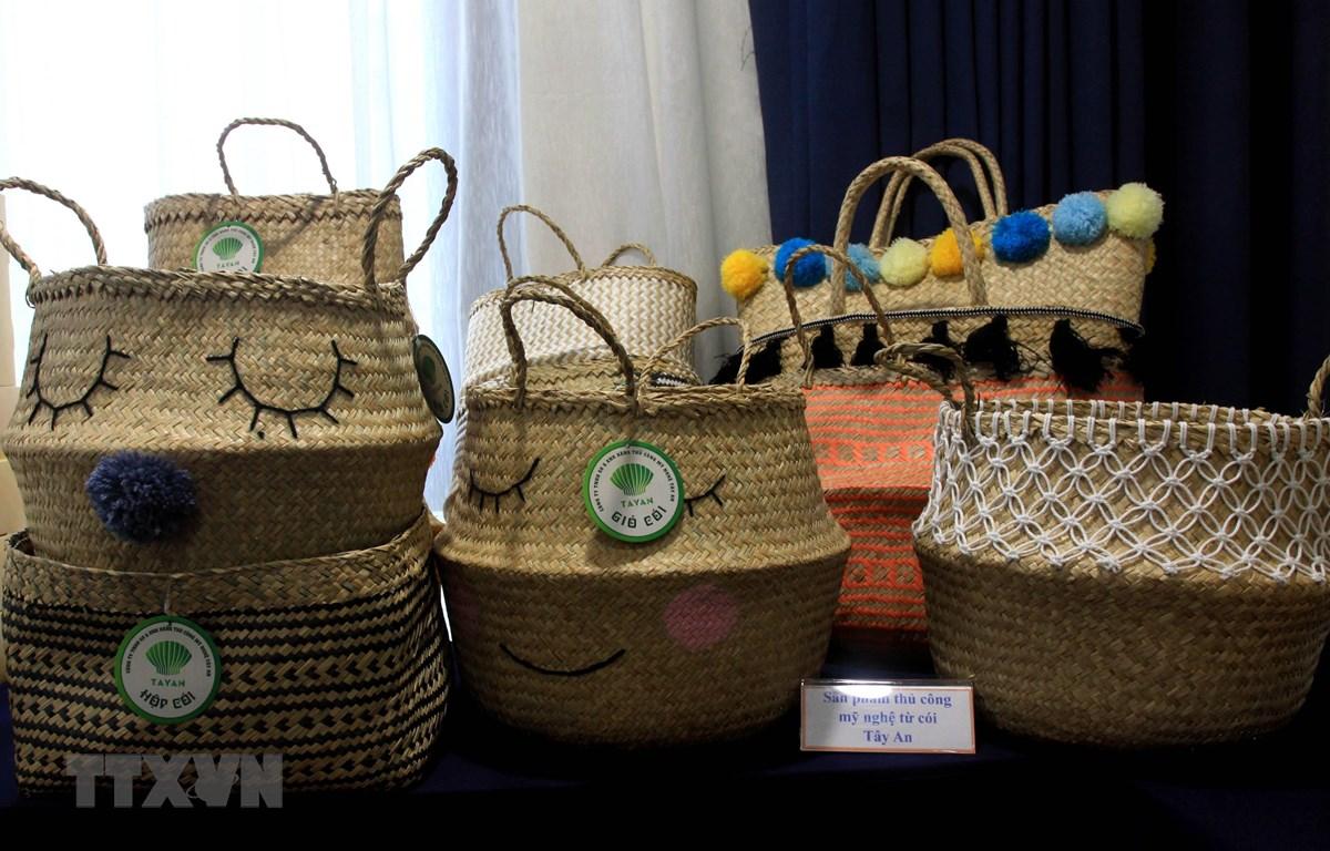 Sản phẩm cói Tây An của Công ty TNHH sản xuất và xuất nhập khẩu hàng thủ công mỹ nghệ Tây An, thị trấn Tiền Hải (Tiền Hải, Thái Bình) là sản phẩm OCOP đạt hạng 4 sao. (Ảnh: Thế Duyệt/TTXVN)