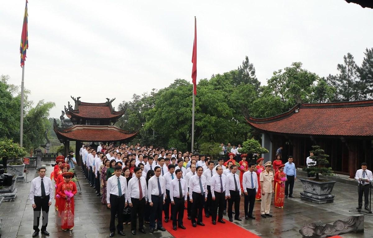 Thay mặt đồng bào cả nước, lãnh đạo tỉnh Phú Thọ và đại diện các cấp chính quyền, đoàn thể đã thành kính tổ chức lễ giỗ Đức Quốc tổ Lạc Long Quân. (Ảnh : Trung Kiên/TTXVN)