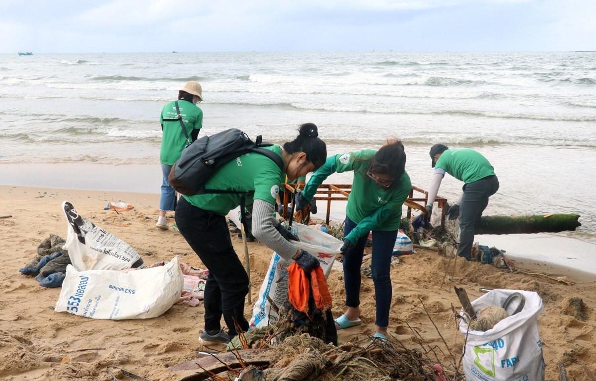Thu gom rác ở bãi biển thị trấn Dương Đông, huyện Phú Quốc (Kiên Giang). (Ảnh: Lê Huy Hải/TTXVN)