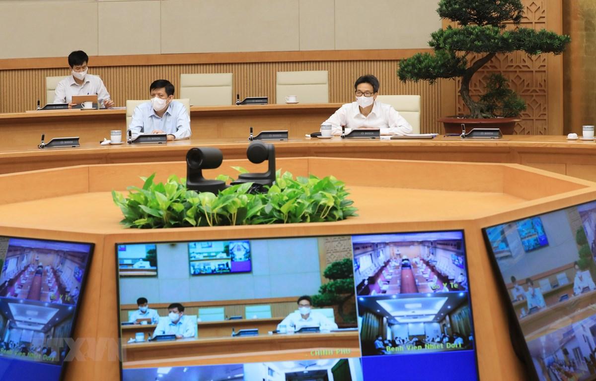 Phó Thủ tướng Vũ Đức Đam và Bộ trưởng Bộ Y tế Nguyễn Thanh Long họp trực tuyến với lãnh đạo Bệnh viện K và Bệnh viện Bệnh nhiệt đới Trung ương. (Ảnh: Lâm Khánh/TTXVN)