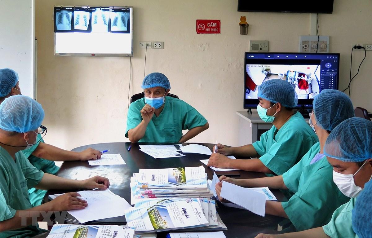 Các bác sỹ hội chẩn hàng ngày về tình trạng các bệnh nhân. (Ảnh: Tường Vi/TTXVN)
