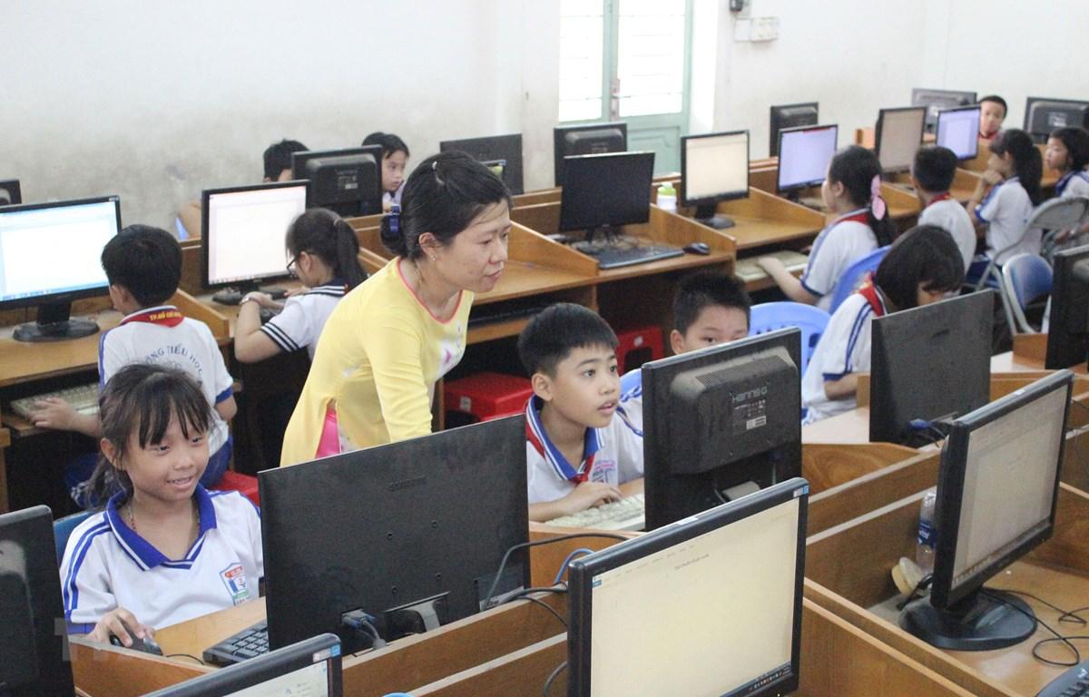 Giờ tin học của học sinh trường Tiểu học Tân Thông. (Ảnh: Xuân Anh/TTXVN)