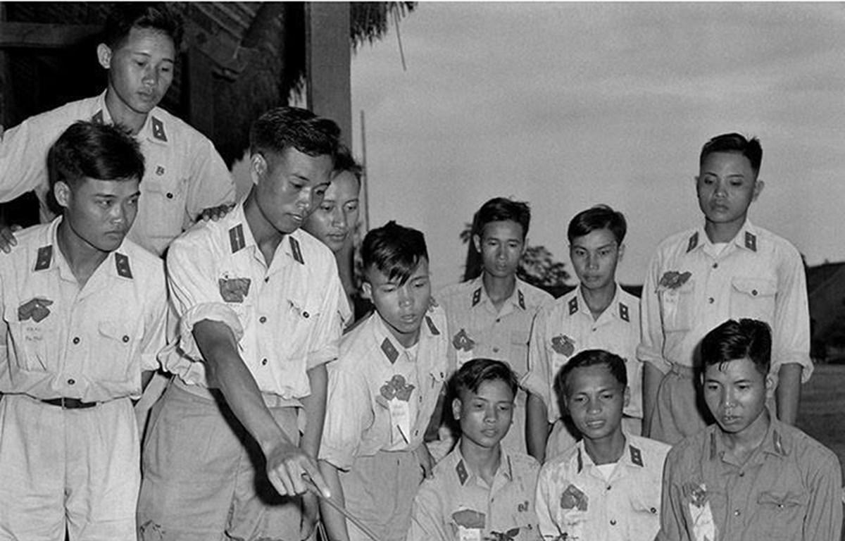 Hạ sỹ Phạm Ngọc Cương, lá cờ đầu trong phong trào thi đua chiến sỹ 'Ba nhất', Đại đội 3 (Sư đoàn 304) cùng các chiến sỹ 'Ba nhất' ôn tập bài mục trên sa bàn thao trường. (Ảnh: Đinh Quang Thành/TTXVN)
