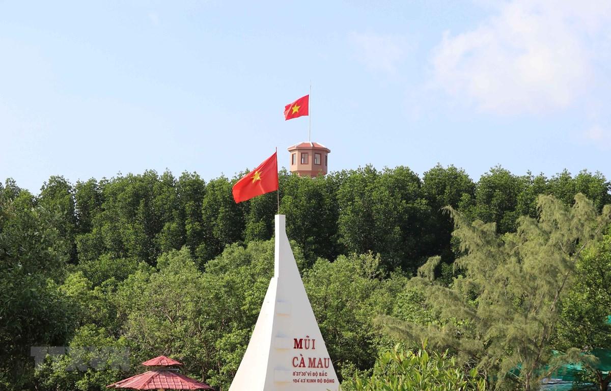 Con thuyền vươn ra biển - biểu tượng của vùng Đất Mũi Cà Mau bên cạnh Cột cờ Hà Nội. (Ảnh: Thế Anh-TTXVN)