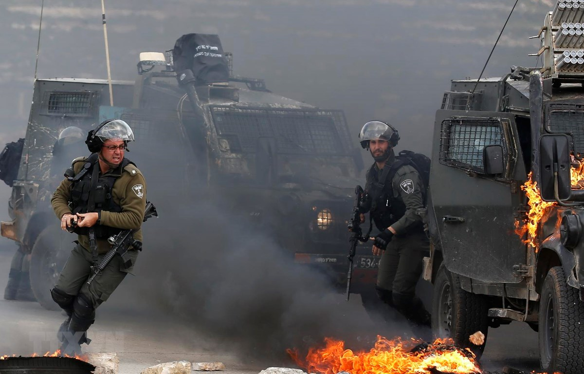 Binh sỹ Israel được triển khai để đối phó với người biểu tình Palestine tại khu vực ngoại ô Ramallah, Bờ Tây, ngày 27/3. (Ảnh: AFP/TTXVN)