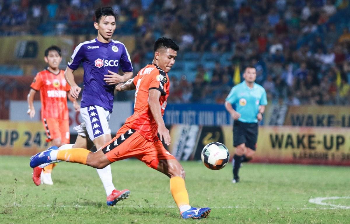Hà Đức Chinh ở trận đấu với Hà Nội FC. (Ảnh: Tá Hiển/Vietnam+)