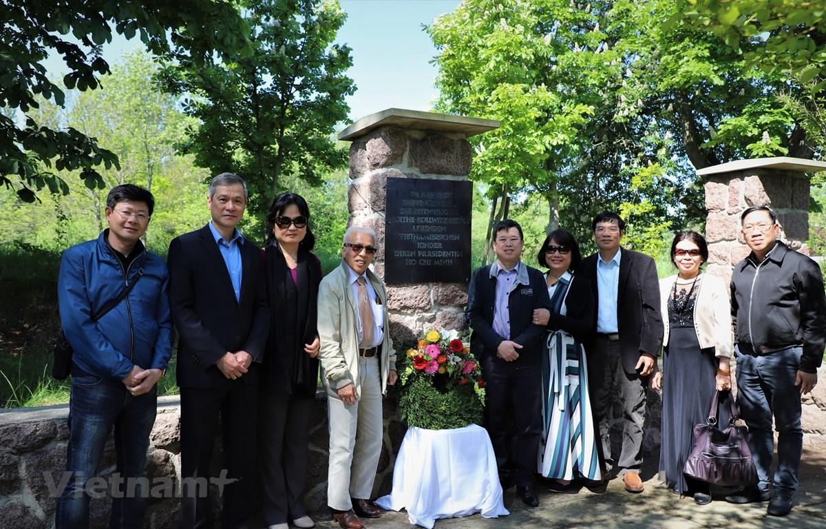 Đại sứ Nguyễn Minh Vũ (thứ hai từ trái qua) chụp hình cùng khách mời đặc biệt ông Lê Đức Dương (thứ tư từ trái qua) và một số nhân viên Đại sứ quán Việt Nam tại Đức tại khu tưởng niệm Bác Hồ. (Ảnh: Anh Đức/Vietnam+)
